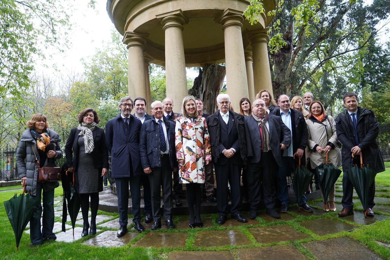 Senadores y presidenta frente al árbol de Gernika